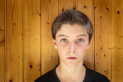 Stående av en härlig tonårs- pojke arkivbilder