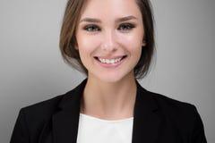 Stående av en härlig ung affärskvinna med ett leende och härliga tänder Royaltyfria Bilder