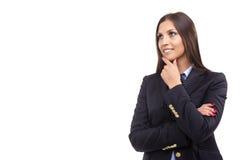 Stående av en härlig ung affärskvinna som tänker mot arkivbild