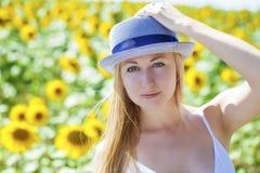 Stående av en härlig ung blond kvinna i en vit klänning på a arkivfoton
