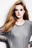 Stående av en härlig ung blond kvinna i studio på vit bakgrund, begrepp av skönhet och hälsa Arkivfoton