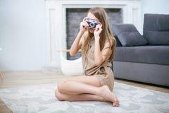 Stående av en härlig ung blond kvinna med en kamera, livsstil royaltyfri fotografi