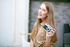 Stående av en härlig ung blond kvinna med en kamera, livsstil royaltyfria foton