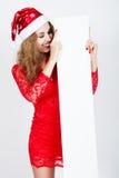 Stående av en härlig ung flicka med stängda ögon i den santa hatten Royaltyfria Foton