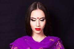 Stående av en härlig ung flicka med yrkesmässig makeup Arkivbild