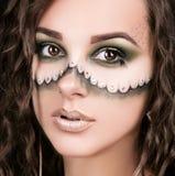 Stående av en härlig ung flicka med yrkesmässig makeup Arkivfoto
