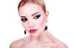 Stående av en härlig ung flicka med yrkesmässig makeup Fotografering för Bildbyråer