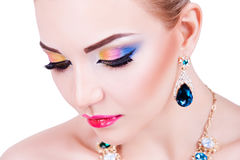 Stående av en härlig ung flicka med yrkesmässig makeup Royaltyfri Foto