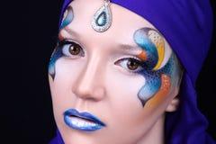 Stående av en härlig ung flicka med yrkesmässig makeup Royaltyfria Bilder