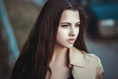 Stående av en härlig ung flicka på gatan royaltyfri fotografi