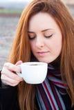 Stående av en härlig ung flicka som tycker om dricka kaffe Royaltyfri Bild