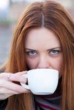 Stående av en härlig ung flicka som utomhus dricker kaffe Royaltyfri Bild