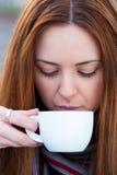 Stående av en härlig ung flicka som utomhus dricker looen för kaffe Fotografering för Bildbyråer