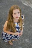 Stående av en härlig ung flicka utomhus Royaltyfria Bilder