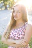 Stående av en härlig ung flicka utomhus Royaltyfri Fotografi