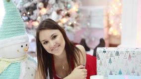 Stående av en härlig ung flickanärbild i en inre för ` s för nytt år arkivfilmer