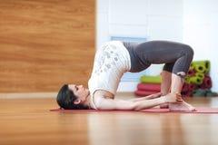 Stående av en härlig ung gravid kvinna som gör övningar Utarbeta, yoga och kondition, havandeskapbegrepp Arkivbild
