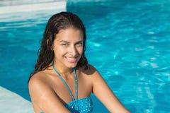 Stående av en härlig ung kvinna av simbassängen Fotografering för Bildbyråer