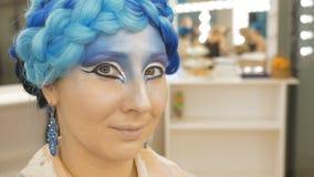 Stående av en härlig ung kvinna i en magisk bild Hon deltar i fotoforsen stock video