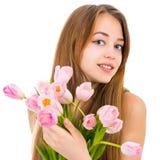 Stående av en härlig ung kvinna med blommor Royaltyfria Bilder