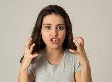 Stående av en härlig ung kvinna med den ilskna och allvarliga framsidan Mänskliga uttryck och sinnesrörelser royaltyfri foto