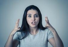 Stående av en härlig ung kvinna med den ilskna och allvarliga framsidan Mänskliga uttryck och sinnesrörelser royaltyfri bild