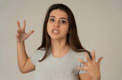 Stående av en härlig ung kvinna med den ilskna och allvarliga framsidan Mänskliga uttryck och sinnesrörelser arkivfoton