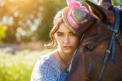 Stående av en härlig ung kvinna med en häst royaltyfri fotografi