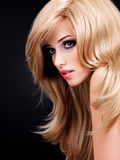 Stående av en härlig ung kvinna med långa vita hår Royaltyfri Fotografi