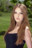 Stående av en härlig ung kvinna med långt hår fotografering för bildbyråer