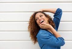 Stående av en härlig ung kvinna med lyckligt uttryck arkivbild