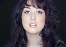 Härlig ung kvinna med purpurfärgat hår. Arkivfoton