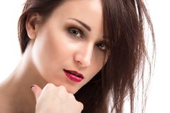 Stående av en härlig ung kvinna på en vit bakgrund Royaltyfri Foto