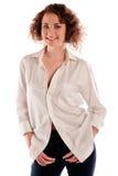 Stående av en härlig ung kvinna som isoleras över vit bakgrund fotografering för bildbyråer