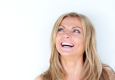 Stående av en härlig ung kvinna som skrattar och ser upp Royaltyfri Foto