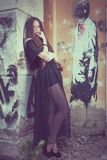 Stående av en härlig ung ledsen gothflicka i ett övergett gammalt Royaltyfri Foto