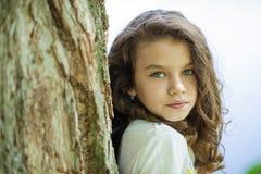 Stående av en härlig ung liten flicka arkivbild