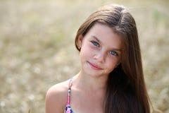 Stående av en härlig ung liten flicka royaltyfri fotografi