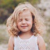 Stående av en härlig ung lycklig flicka Arkivbilder