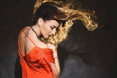 Stående av en härlig ung sexig flicka i en röd klänning och röda kanter Royaltyfri Bild