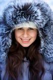 Stående av en härlig vinterkvinna i pälsmummel Arkivfoto