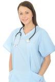 Stående av en härlig yrkesmässig lycklig ung kvinnlig doktor Looking Confident och kopplat av royaltyfria bilder