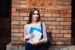 Stående av en högskolestudent på universitetsområdet utomhus royaltyfri fotografi