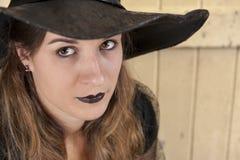 STÅENDE av en Halloween häxa Royaltyfri Fotografi