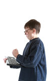 Stående av en ilsken tonåring med ett tangentbord Royaltyfri Foto