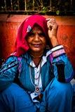 Stående av en indisk gammal kvinna Julian Bound Arkivfoton