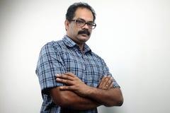 Stående av en indisk man med vikta händer royaltyfri bild