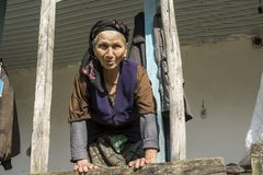 Stående av en iransk kvinna i traditionell torkduk med solljus arkivbilder