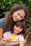 Stående av en joyful moder med henne dotter Arkivfoton