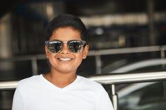 Stående av en joying liten hinduisk pojke som uttrycker glädje royaltyfria bilder